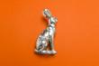 canvas print picture - Osterhasen Figur von seitlich im Profil auf einfarbigen roten Hintergrund mit leichten Schatten