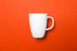 canvas print picture - Weiße Kaffeetasse von der Seite auf roten Hintergrund mit leichten Schatten