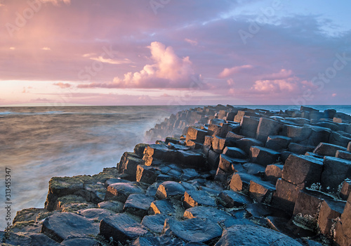 Fotomural Sunset with the Giant's Causeway in the foreground