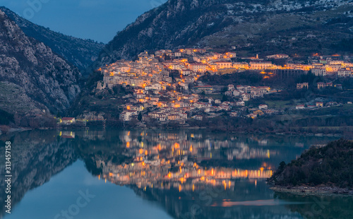 Photo Panoramic evening view of Barrea and its lake, province of L'Aquila in the Abruzzo region of Italy