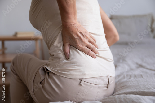 Photo Close up of unhealthy elderly woman having backache