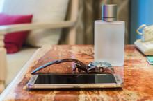 Accesorios Para Hombres Para Gente De Negocios. Reloj De Mano, Teléfono Celular, Botella De Perfume Sobre Fondo De Madera. Elegancia Y Lujosos Accesorios Para Caballeros. Aseo E Higiene Personal