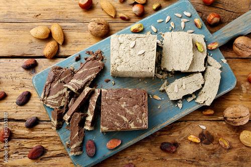 Leinwand Poster halva dolce tipico al cioccolato e semi vari