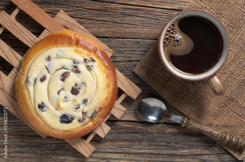 Obraz Sweet bun with cottage cheese and coffee - fototapety do salonu