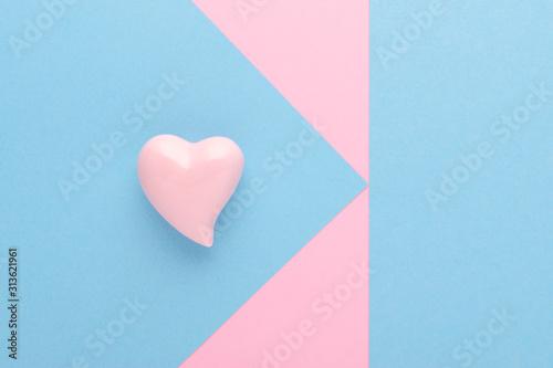 Obraz na płótnie Różowe serce z niebieskim tłem