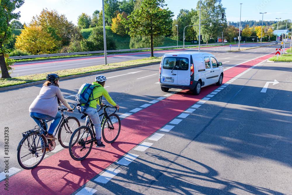 Fototapeta Verkehrssituation mitt Auto und Radfahrer