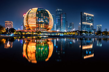 Noćni pogled na novi grad Qianjiang s odrazom, Hangzhou, Zhejiang, Kina