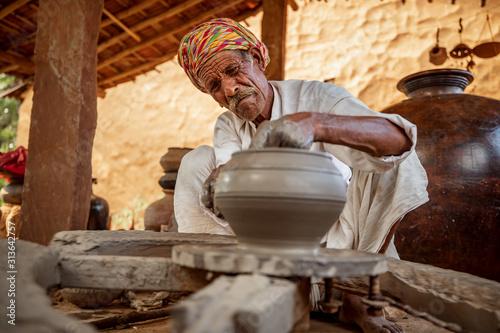 Fotografía Potter at work makes ceramic dishes. India, Rajasthan.