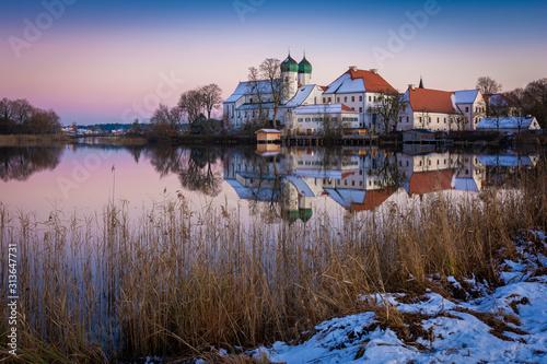 Obraz Kloster in Seeon im Chiemgau am Abend im Winter - fototapety do salonu