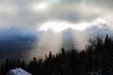 Fototapeta Na ścianę - Promienie słoneczne przbijające się przez chmury w górach
