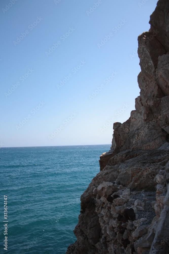 Fototapeta Skała, morze i błękitne niebo
