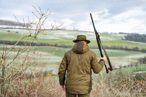 Carta da parati Scenic view of hunter waiting for a prey