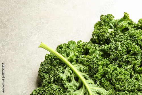 Fotomural  Fresh kale leaves on light grey table, top view