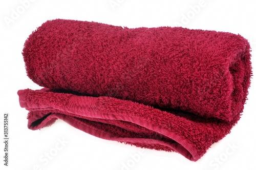 Serviette de bain rouge sur fond blanc Fotobehang