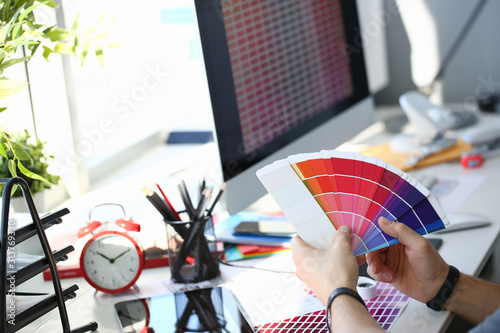 Photo Male serviceman hold in hand fantail making colour test at worktable