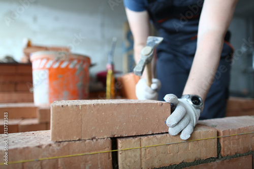 Fotografía Skilled bricklayer putting red block