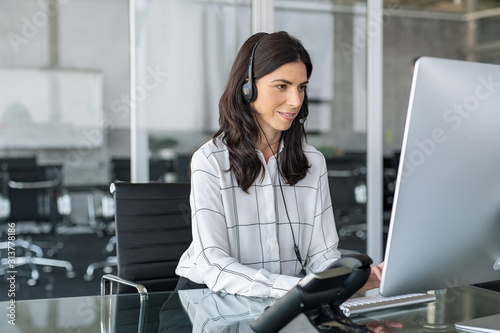 Photo Telephone operator woman working in office