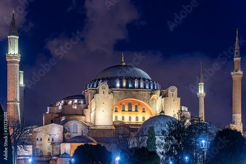 Fotomural Night Time over Hagia Sophia or Hagia Sophia Church of the Holy Wisdom in Istanb