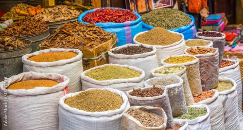 Przyprawy i zioła z marokańskiego targu w Medynie w Fezie