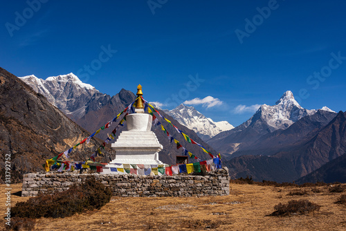 Fotografia Buddhist stupa on the background of the Himalayan mountains