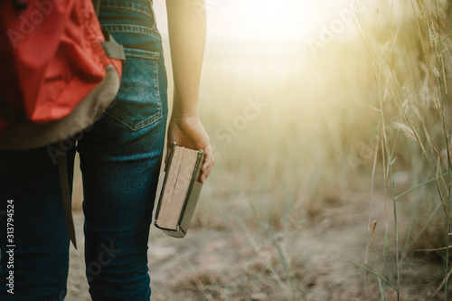 Photo Behind woman holding the bible in field,go to share gospel,mission