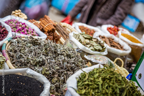 Fotografía Spices and herbs from a moroccan market in the Medina of Fes