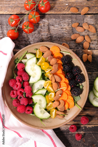 Photo  fruit and vegetable salad bowl, top view