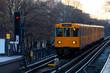 Berliner U-Bahn Zug Öffentliche Verkehrsmittel Hauptstadt Deutschland Kreuzberg Hochbahn Winter Dämmerung Schienen Strecke Gleise Zug orange gelb