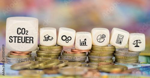 Obraz CO2 Steuer auf Münzenstapel - fototapety do salonu