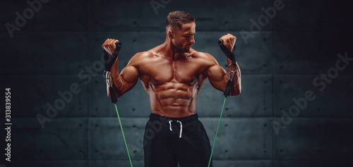 Fotomural Muscular Men Training With Resistance Bands