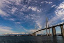 新湊大橋と白銀の立山...