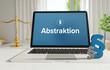 Abstraktion – Recht, Gesetz, Internet. Laptop im Büro mit Begriff auf dem Monitor. Paragraf und Waage. .