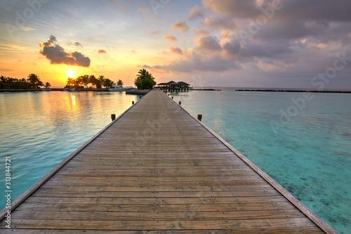 Fototapeta kładka  kladka-rajska-wyspa-lankanfinolhu-o-zachodzie-slonca-malediwy