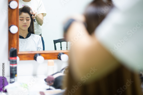 hand of make up artist doing make up of asia young beautyful woman Actress in st Canvas-taulu