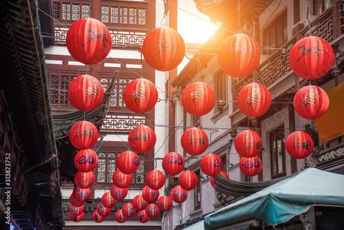 Czerwone tradycyjne papierowe lampiony z chińskim wzorem zodiaku