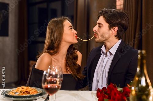 Fotomural Loving couple eating pasta
