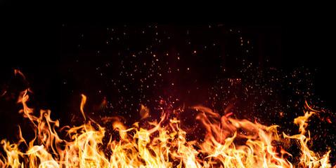 plamen vatre na crnoj pozadini