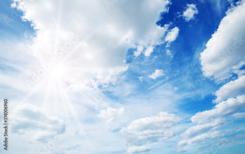 Foto white fluffy clouds on blue sky in summer
