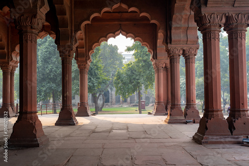 Photo Inside the arcade area with arches in the Red Fort of Delhi India
