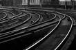 Eisenbahn Gleise Kurven Weichen Signale schwarz weiß Kontrast Hamburg Hauptbahnhof Einfahrt Hauptstrecke Morgen Dämmerung Technik Verkehr Struktur Kontrast Deutschland