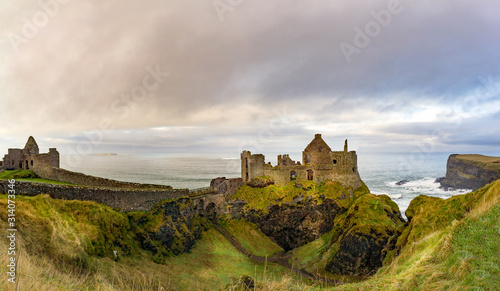 Photo Ruined medieval Dunluce Castle on the cliff dramatic sky