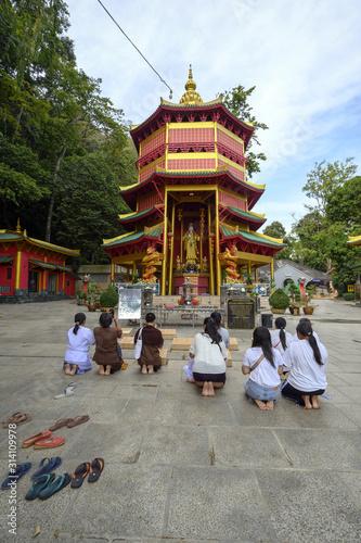 Fidèles priant devant un temple Fototapeta