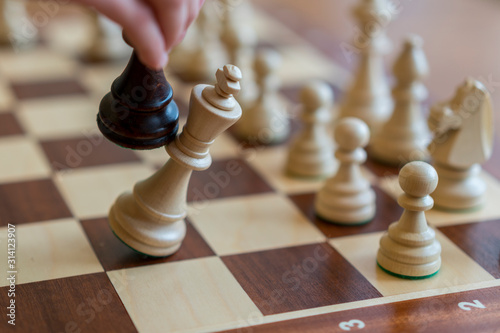 Foto playing wooden chess pieces. Chess game. The fall of the king