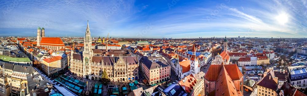 Fototapeta Panoramablick über die Stadt München mit Frauenkirche, Rathaus und Blick zu den Alpen, Bayern, Deutschland