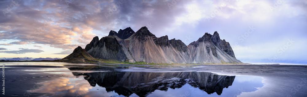 Wydmy na Stokksnes na południowo-wschodnim wybrzeżu Islandii z Vestrahorn (góra Batman). Islandia, Europa.