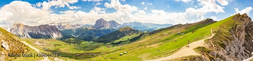 Photo Amazing panoramic view from Seceda park on Dolomites Alps, Odle - Geisler mountain group, Secede peak and Seiser Alm (Alpe Siusi)