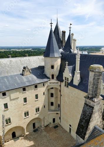 Photo La cour intérieure  du château de Saumur vue depuis les toits