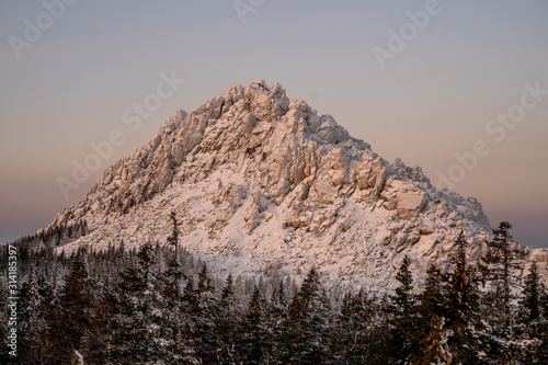 Photo Majestic mountain peak covered in snow in the mountains of the southern Urals