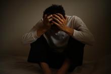 悲しみに暮れる男性
