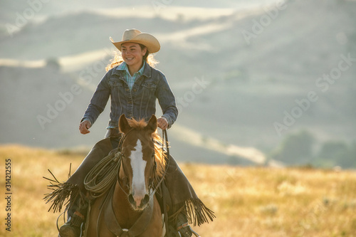 Photo horseback riding in mountains